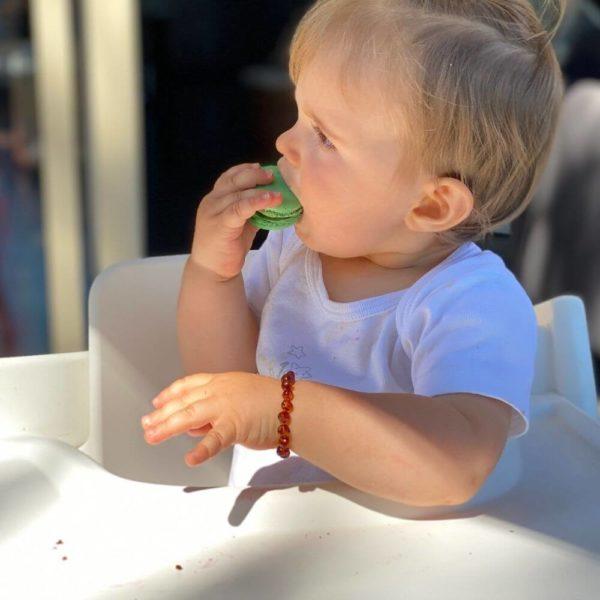 Bracelet d'Ambre porté par un bébé